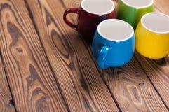 Quatro canecas limpas cerâmicas vazias coloridas fotos de stock royalty free