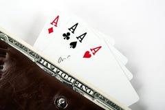 Quatro cartões com áss e uma nota de dólar em uma bolsa Fotos de Stock
