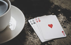 Quatro cartões de jogo dos áss em um fundo de madeira risco, sorte, abstração Fotografia de Stock Royalty Free