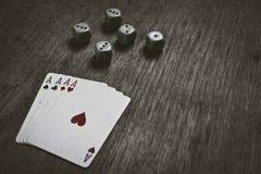 Quatro cartões e dados de jogo dos áss com copyspace Imagens de Stock Royalty Free