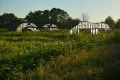 Quatro casas verdes pequenas no campo da agricultura Foto de Stock