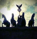 Quatro cavalos com a biga e a deusa são o símbolo de t Foto de Stock Royalty Free