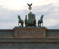 Quatro cavalos com a biga e a deusa são o símbolo de t Fotografia de Stock Royalty Free
