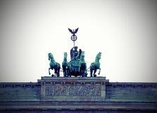 Quatro cavalos com a biga e a deusa são o símbolo de t Foto de Stock