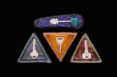 Quatro chaves em uns pires cerâmicos vitrificados feitos a mão Imagem de Stock