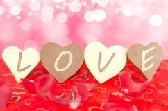 Quatro chocolates alinharam com uma mensagem do AMOR escrita nelas Fotografia de Stock Royalty Free