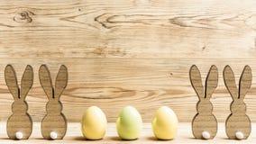 Quatro coelhinhos da Páscoa e três ovos da páscoa Fotografia de Stock Royalty Free