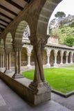Quatro colunas torcidas no claustro da igreja de San Pedro de la Rua, a igreja de St Peter Espanha em Estella-Lizzara, Navarra imagem de stock