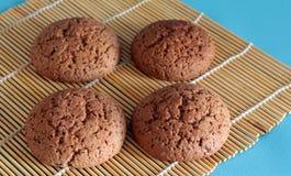 Quatro cookies caseiros recentemente cozidas em Makisa imagem de stock royalty free
