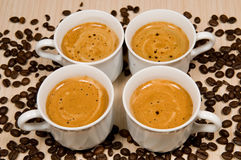 Quatro copos brancos com café quente Fotografia de Stock Royalty Free