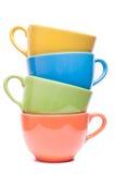Quatro copos empilhados Canecas coloridas Imagem colorida com utensílios de mesa Foto de Stock Royalty Free