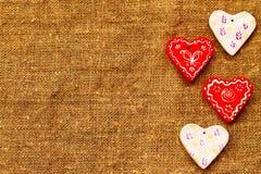 Quatro corações em um dia marrom do ` s do Valentim do St do fundo Foto de Stock Royalty Free