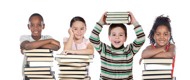 Quatro crianças com muitos livros fotografia de stock royalty free