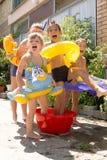 Quatro crianças pequenas que espirram e que têm o divertimento Imagens de Stock Royalty Free