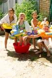 Quatro crianças pequenas que espirram e que têm o divertimento Imagens de Stock