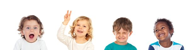 Quatro crianças que fazem expressões diferentes fotografia de stock