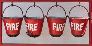 Quatro cubetas de fogo vermelho, close up imagens de stock