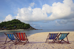 Quatro da praia das cadeiras no lado de mar Fotografia de Stock Royalty Free