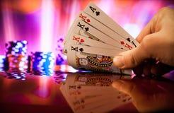 Quatro de um pôquer do tipo cardam a combinação na sorte borrada da fortuna do jogo do casino do fundo Fotos de Stock