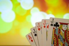 Quatro de um pôquer do tipo cardam a combinação na sorte borrada da fortuna do jogo do casino do fundo Imagens de Stock