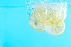 Quatro do limão na água Imagens de Stock