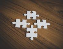 Quatro enigmas de serra de vaivém no assoalho de madeira Fotos de Stock