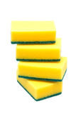 Quatro esponjas da cozinha para pratos de lavagem no fundo branco fotos de stock royalty free