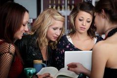 Quatro estudantes fazem seus trabalhos de casa Fotografia de Stock