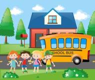 Quatro estudantes que vão em casa pelo ônibus escolar Imagem de Stock