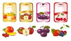 Quatro etiquetas com bagas e frutas. Fotos de Stock