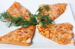 Quatro fatias do pão branco com queijo. Fotos de Stock Royalty Free