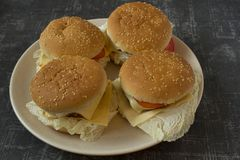 Quatro hamburgueres caseiros em uma opini?o superior da placa imagem de stock