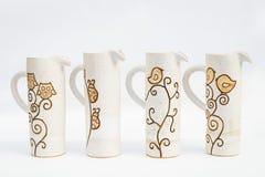 quatro jarros cerâmicos da faiança com fundo branco foto de stock royalty free