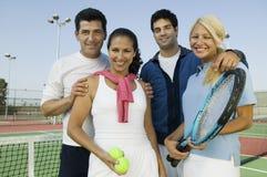 Quatro jogadores de ténis dos dobros misturados imagem de stock