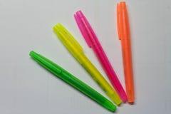 Quatro marcadores coloridos no fundo branco imagens de stock royalty free