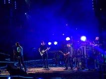 Quatro membros da faixa Coldplay na fase no concerto fotos de stock royalty free