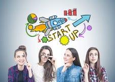 Quatro meninas adolescentes que pensam junto, começam acima foto de stock royalty free