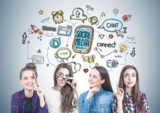 Quatro meninas adolescentes que pensam junto, meios sociais foto de stock