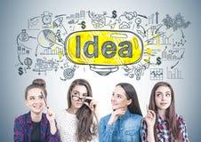 Quatro meninas adolescentes que pensam junto, solução imagens de stock royalty free