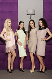 Quatro meninas bonitas em ternos vestindo do estilo da forma Imagem de Stock Royalty Free