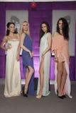 Quatro meninas bonitas em ternos vestindo do estilo da forma Imagens de Stock
