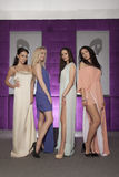 Quatro meninas bonitas em ternos vestindo do estilo da forma Fotos de Stock