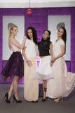 Quatro meninas bonitas em ternos vestindo do estilo da forma Fotos de Stock Royalty Free
