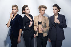 Quatro meninas bonitas no estilo da forma Fotos de Stock Royalty Free