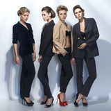 Quatro meninas bonitas no estilo da forma Fotos de Stock