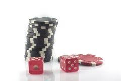 Quatro microplaquetas de pôquer isoladas no fundo branco imagem de stock royalty free