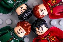 Quatro minifigures de Lego Harry Potter das equipes de Gryffindor e de Slytherin imagens de stock
