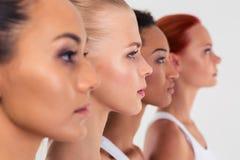 Quatro mulheres que estão em um cru imagem de stock royalty free
