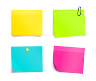 Quatro notas pegajosas coloridas Folhas vazias Imagens de Stock