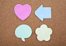 Quatro notas pegajosas diferentes em um quadro de mensagens Imagem de Stock Royalty Free